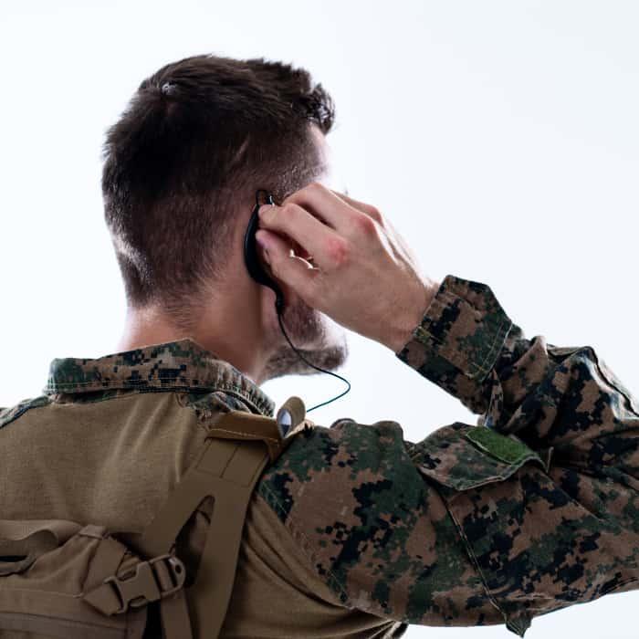 Fiatal katona fülesén keresztül kapcsolatba lép bajtárssal.